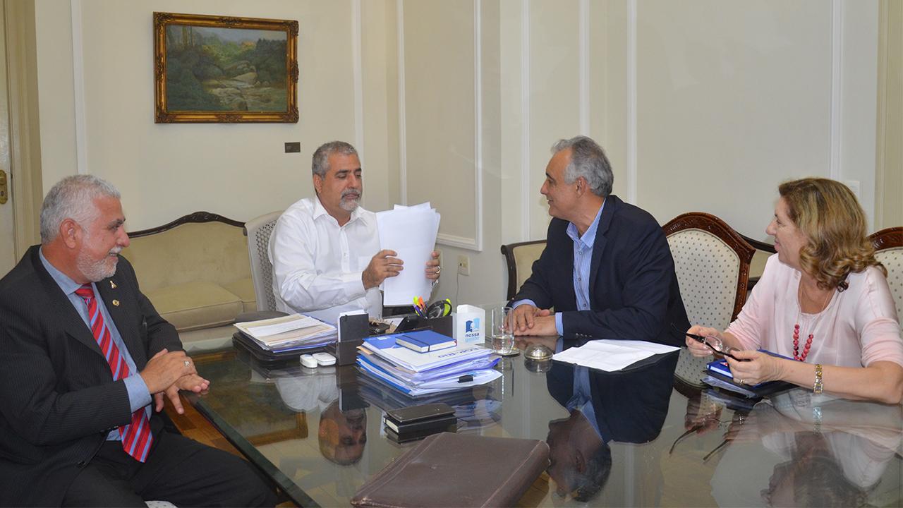 O deputado Christino Aureo recebeu em seu gabinete o prefeito Carlos Augusto Balthazar para falarem sobre melhorias para Rio das Ostras.