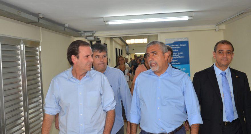 Eduardo e Christino visitam obras do Hospital Pedro Ernesto