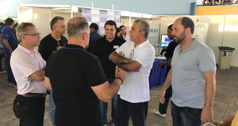 Deputado federal cobra presença dos Governos Federal e Estadual na criação de oportunidades de emprego durante feirão de empregos em Volta Redonda.